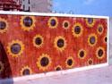 دیوار منقش به گل های آفتاب گردان